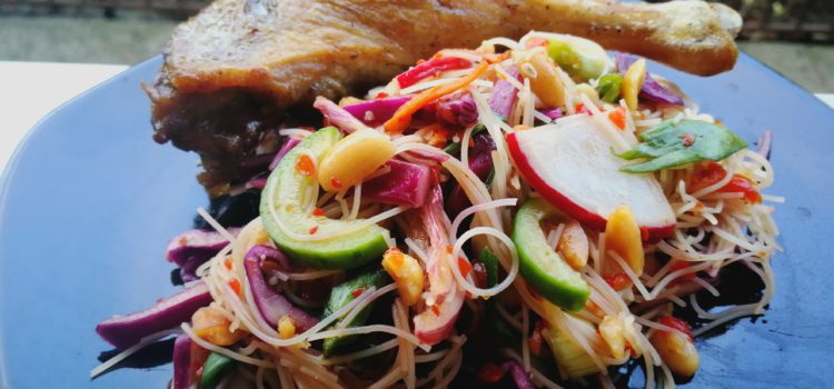Salata thai cu rață și tăieței de orez