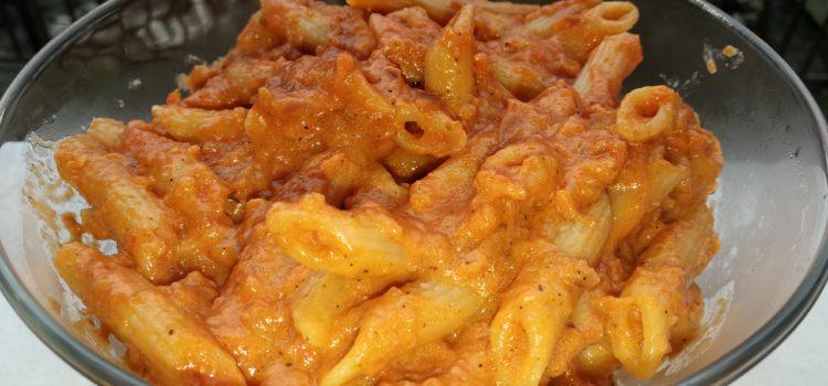 Paste cu sos de ardei copt și roșii