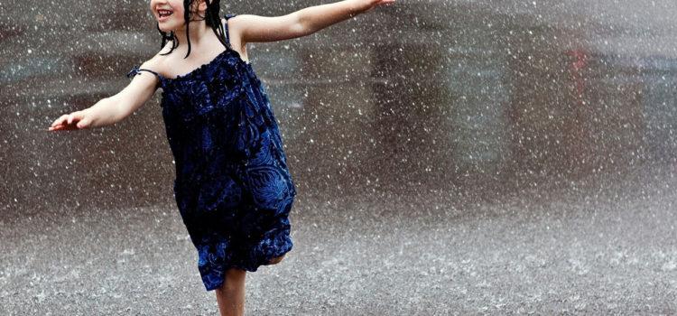Vine ploaia, bine-mi pare, în curte am o păpădie!