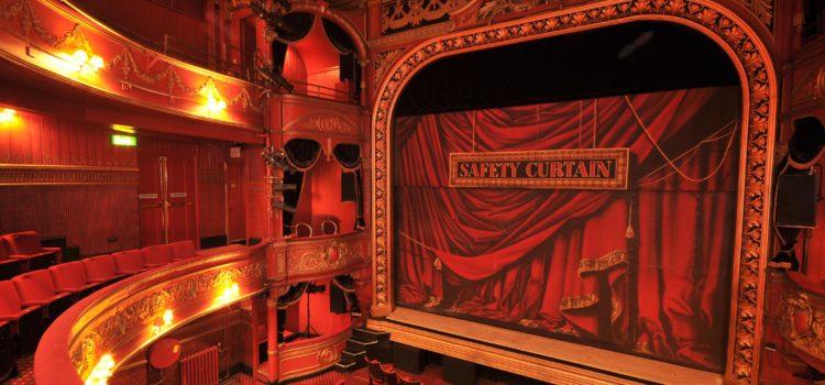 Captivă între teatru și realitate