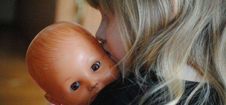 Rolul mămicilor printre păpuși bebeluși