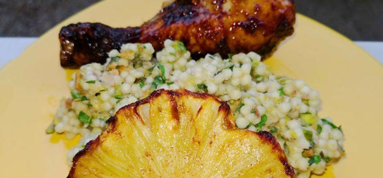 Cus-cus aromat, ananas prăjit și pui glazurat