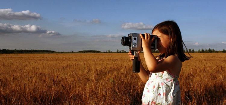 Micuța vlogeriță sau cum să flirtezi cu o cameră video