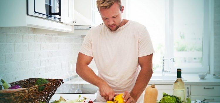 Tătic în bucătărie oferă servicii pentru păpădie